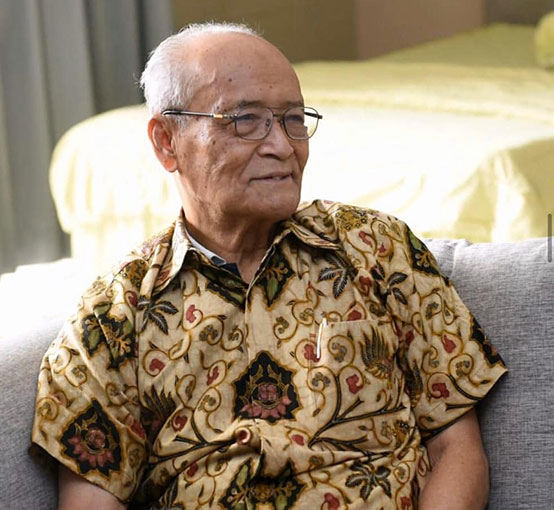 syafii maarif dengan batik indonesia motif wahyu temurun