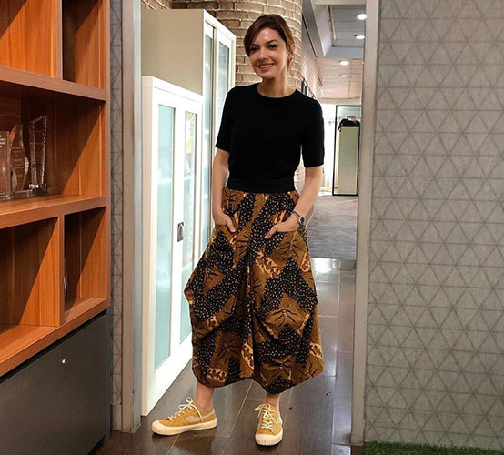 Najwa Shihab wearing a Tirto Tejo Indonesian Batik