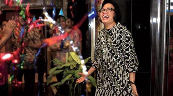 sri mulyani dengan batik indonesia motif parang curigo