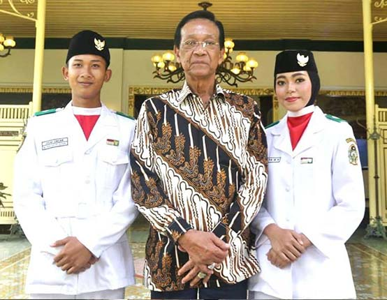 sri sultan hamengkubuwono X dengan batik indonesia motif parang rusak gendreh