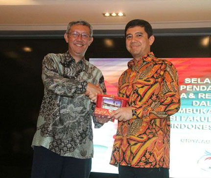 Yuddy Chrisnandi - Ambassadors of Indonesia and The Batik