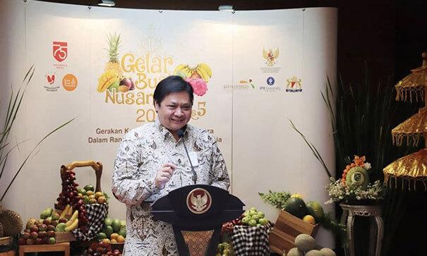 Airlangga Hartarto wearing Indonesian Batik Sawat Bride Motif