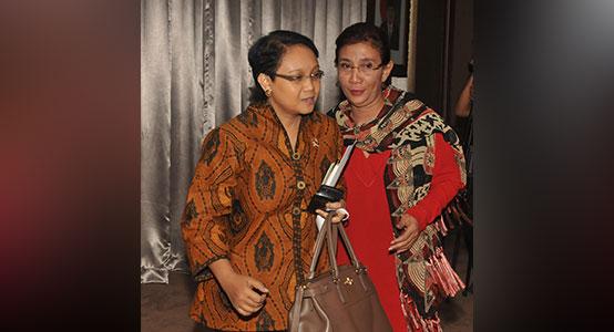 Retno Marsudi dengan Batik Indonesia Motif Pintu Retno